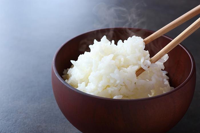 湯気がたつ炊きたての白米