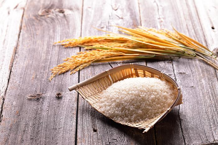 竹ざるに盛られた白米